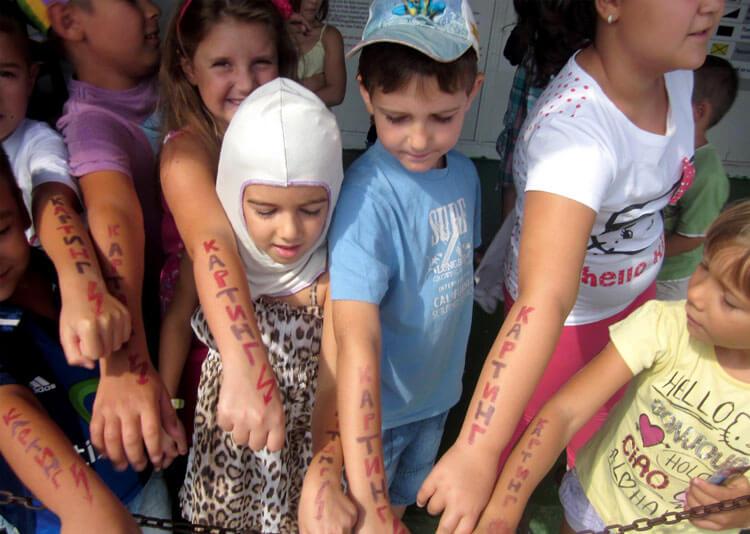 Деца с татуировки.