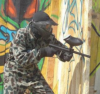 Момче с пейнтбол пушка